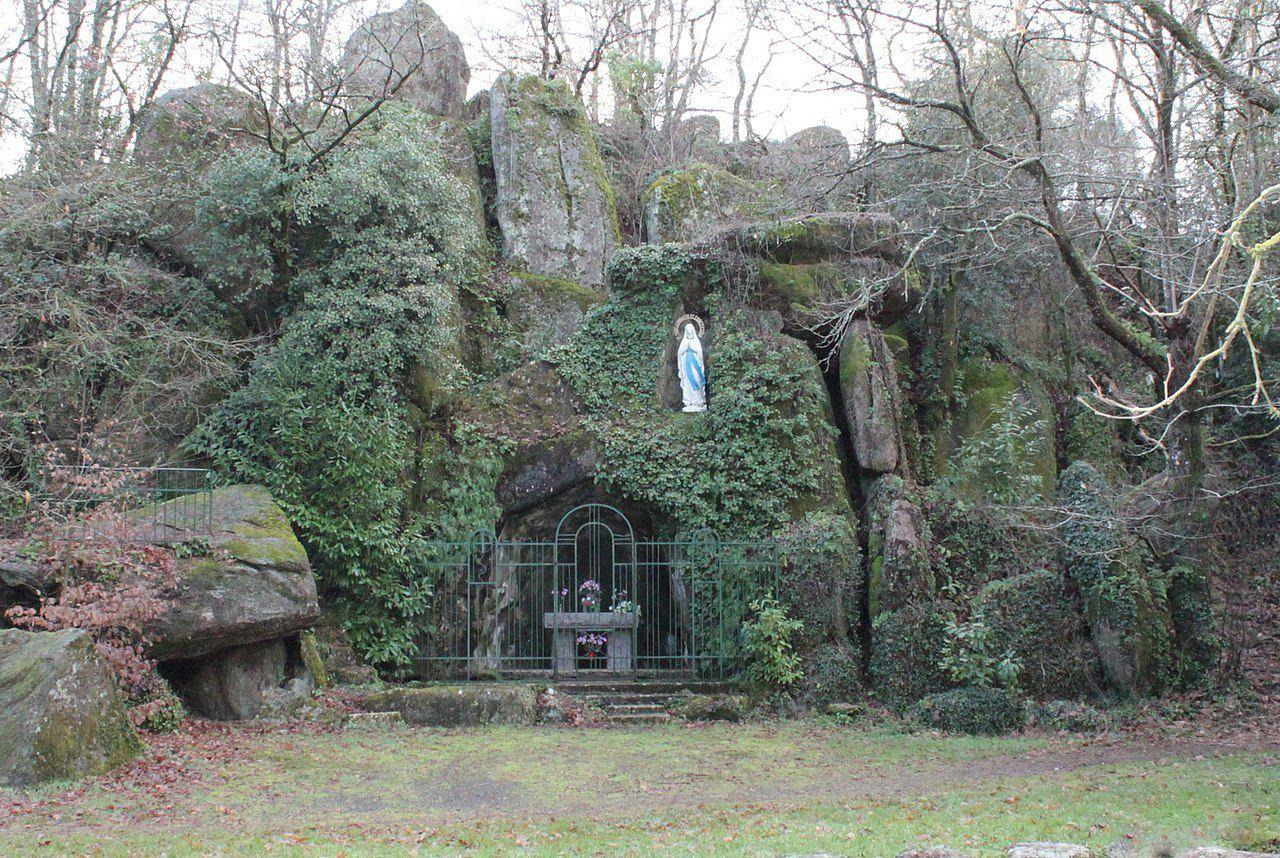 Réplique de la grotte de Lourdes à Cugand