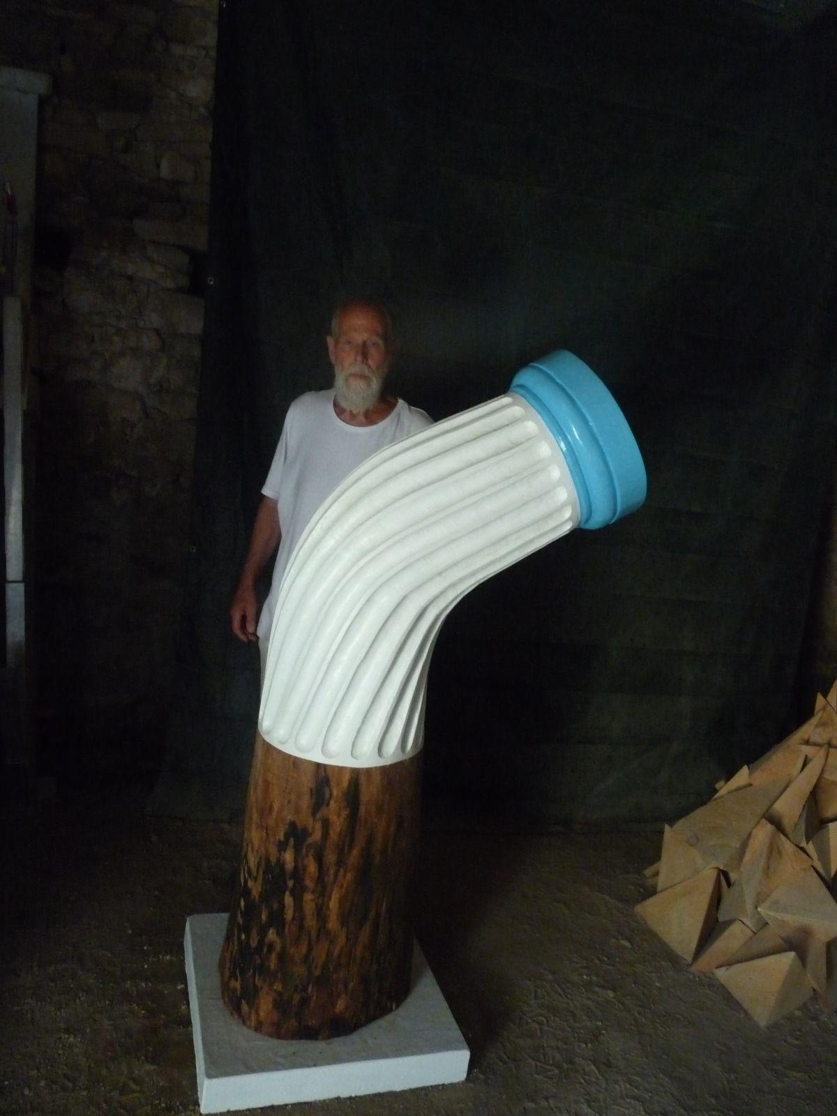 afin qu'on prenne conscience des dimensions de sa sculpture, Joseph Wouters pause à côté d'elle