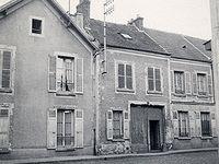 Porte cochère et arrière-cour du 60 rue Albert Rémy (RN7). Comme de nombreux Rissois, les habitants y avaient installé des clapiers et des poulaillers.