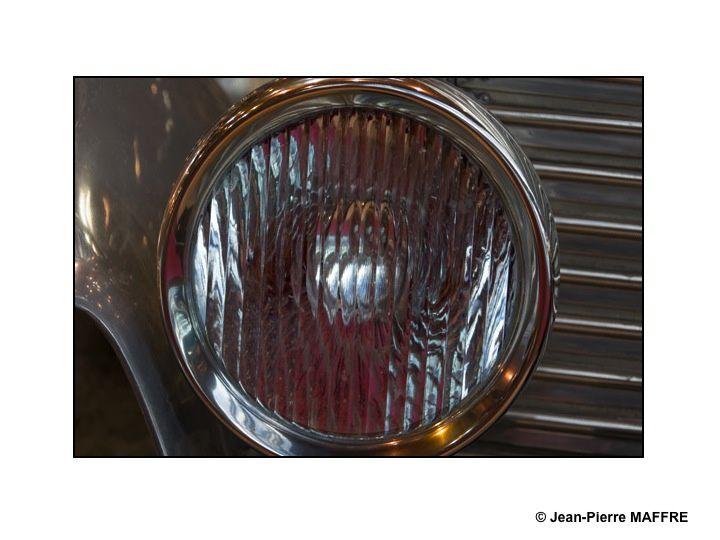 Tiens, un reflet dans le phare d'une auto que je m'empresse de photographier, puis un autre... Et pour finir, un nouvel album dans mon site.