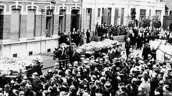 Les funérailles, le 5 avril 1944, 3 jours après le massacre de Villeneuve d'Ascq. Société historique de Villeneuve d'Ascq - Tombes des massacrés dans le cimetière d'Ascq.