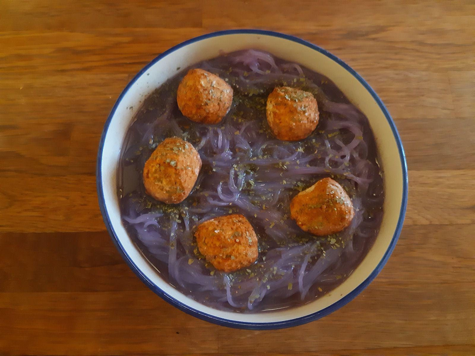 eau de cuisson de... chou rouge !! conséquence : soupe de nouilles violette et boulettes de poulet