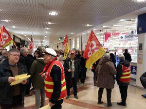 Greve à Carrefour Saint Pol sur Mer. 80 % de grevistes. Bravo aux salariés, à linterpro UL CGT Dunkerque, mais surtout bravo à notre camarade Sylvain Plat pour son militantisme et son courage