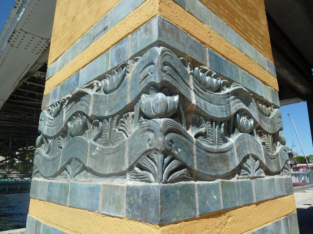 La passerelle Debilly réservée aux piétons et aux vélos, construite en 1899 pour l'Exposition Universelle de 1900, par Jean Résal, l'architecte du pont Alexandre III, et Amédée Alby est sur une charpente métallique reposant sur des piles en maçonnerie près des berges, décorées avec des carreaux de céramiques Gentil & Bourdet vert foncé suggérant des ondulations. D'une longueur de 120 mètres, la travée centrale a une portée de 75 mètres. Son nom honore le général napoléonien De Billy, mort à Iéna. Comme la Tour Eiffel la passerelle devait être détruite après l'exposition, mais la ville de Paris l'acquis en 1902, afin de la préserver. En 1906, après modifications, la passerelle est déplacée. Elle relie le quai Branly, l'avenue de New York et le Palais de Tokyo.