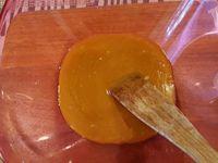 2 - Verser la préparation dans un saladier, incorporer les oeufs et la farine. Bien mélanger jusqu'à obtenir une préparation lisse. Verser la préparation au caramel dans les moules et enfourner th 6 (180°) 7 à 8 mn. Sortir du four, démouler et déguster les petits moelleux tièdes ou froids.