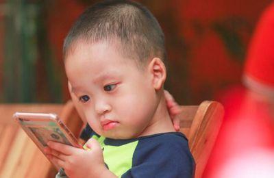 """Darle a su hijo un teléfono móvil es """"como darles drogas"""", dice un experto  en adicciones"""