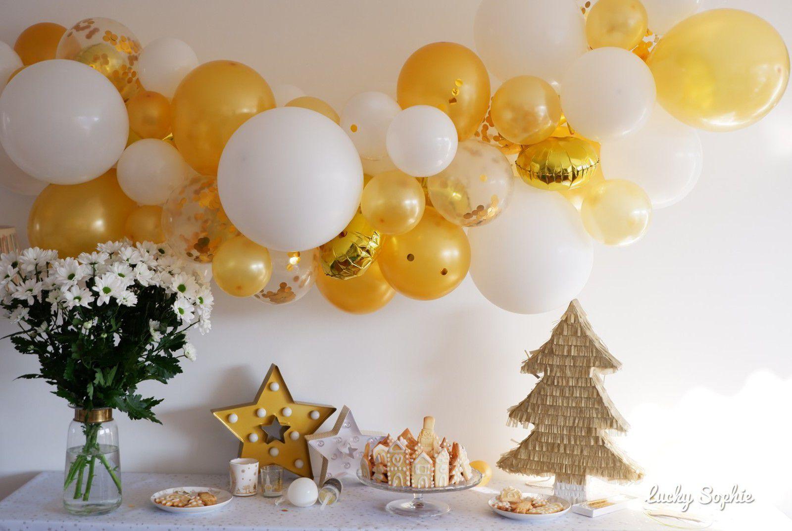 Un goûter de fêtes avec une décoration en or et blanc