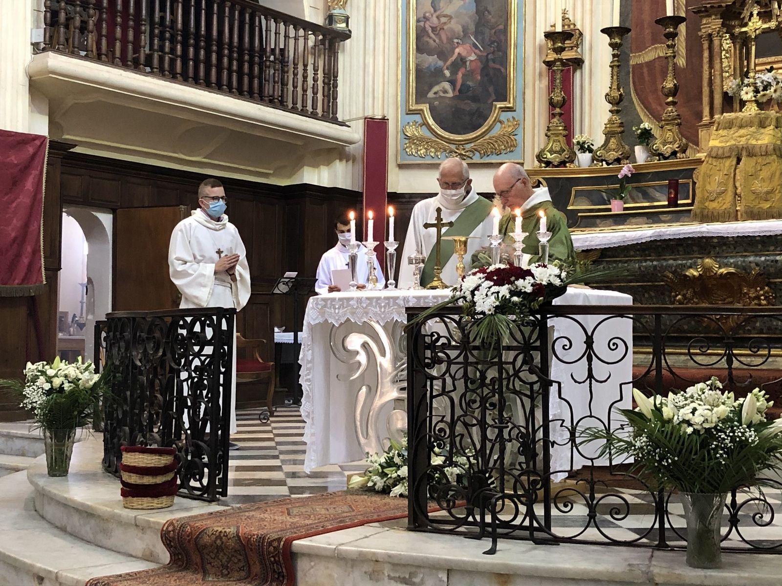 Premières Communions de Victor, Louise, Clément, Daphné, Léona et Ioane. A noter la présence des scouts de Martigues.
