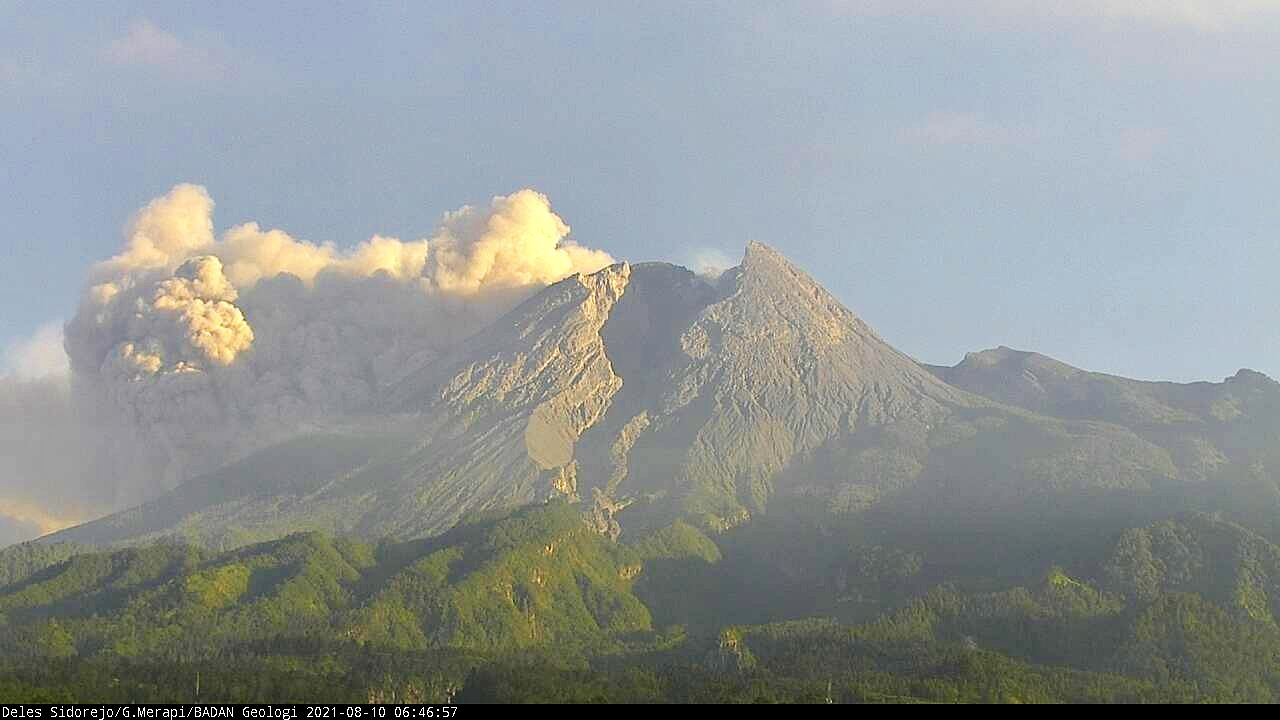 Merapi - pyroclastic flow from 08.10.2021 / at 6:46 am WIB - webcam Deles PVMBG - one click to enlarge