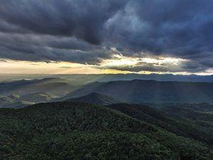 La Sassafras Mountain et Horsepasture River, principaux décors - Crédits images : ©hdcarolina.com ; ©Tim Hammar (tfhammar.com)