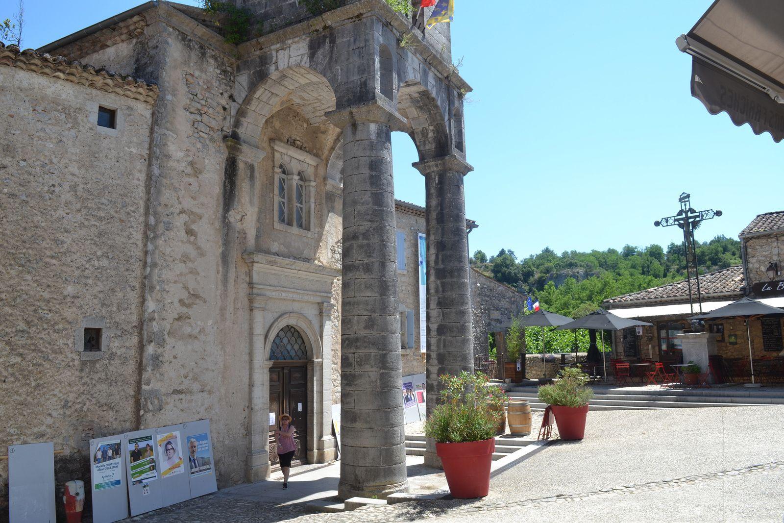 ...j'ai bien aimé aussi l'église du village avec son entrée très originale.