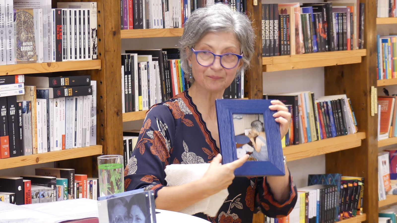 Deux objets à découvrir : un napperon + le cadre bleu dans lequel est glissée une photo de maman avec ses napperons bordés de dentelle tunisienne Chebka