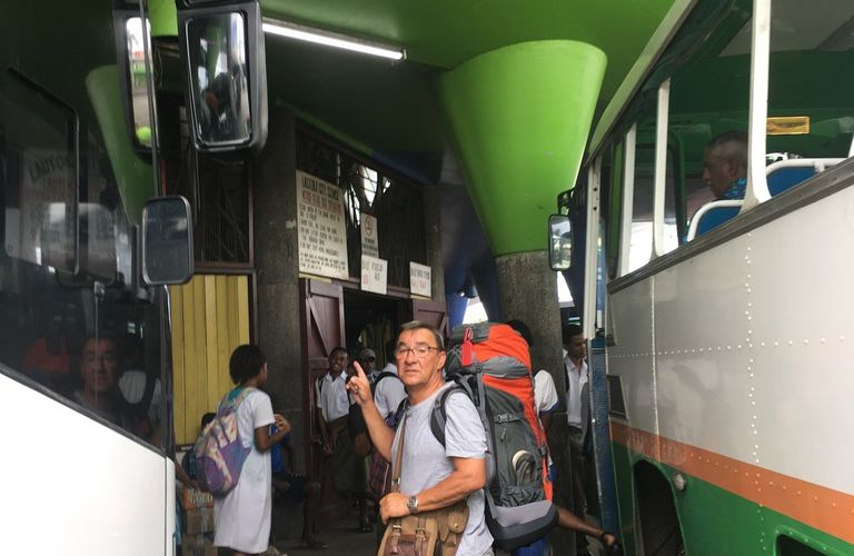 FIJI : île de VANUA LEVU au Nord, à SAVUSAVU : une sacrée aventure de transports (bus, ferry ...) et de péripéties de routards.