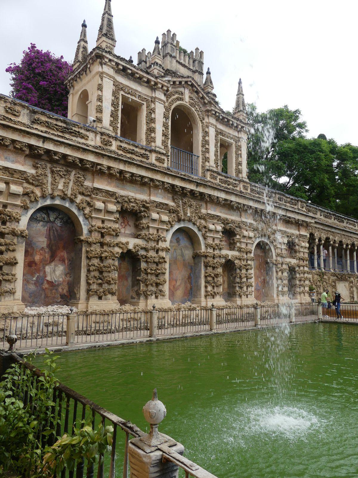 L'Alcazar, autre joyau de Séville. Toutes les pièces du palais sont éblouissantes.Des jardins, des patios... On n'a pas pu visiter toutes les appartements, faute d'anticipation de réservation.