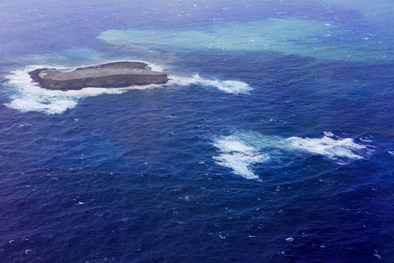 Fukutoku - eaux décolorées entourant le Niijima - photo JCG