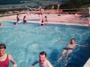 Ronde aquatique à la piscine de Matour - Stella, Jean-Michel et Eric  profitent bien de ce bain rafraichissant.