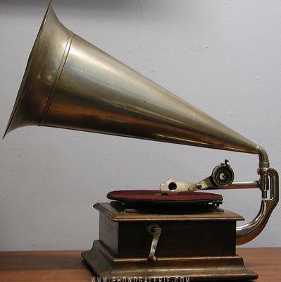 La voix de son maître (HMV) : présentation du label musical et de son logo