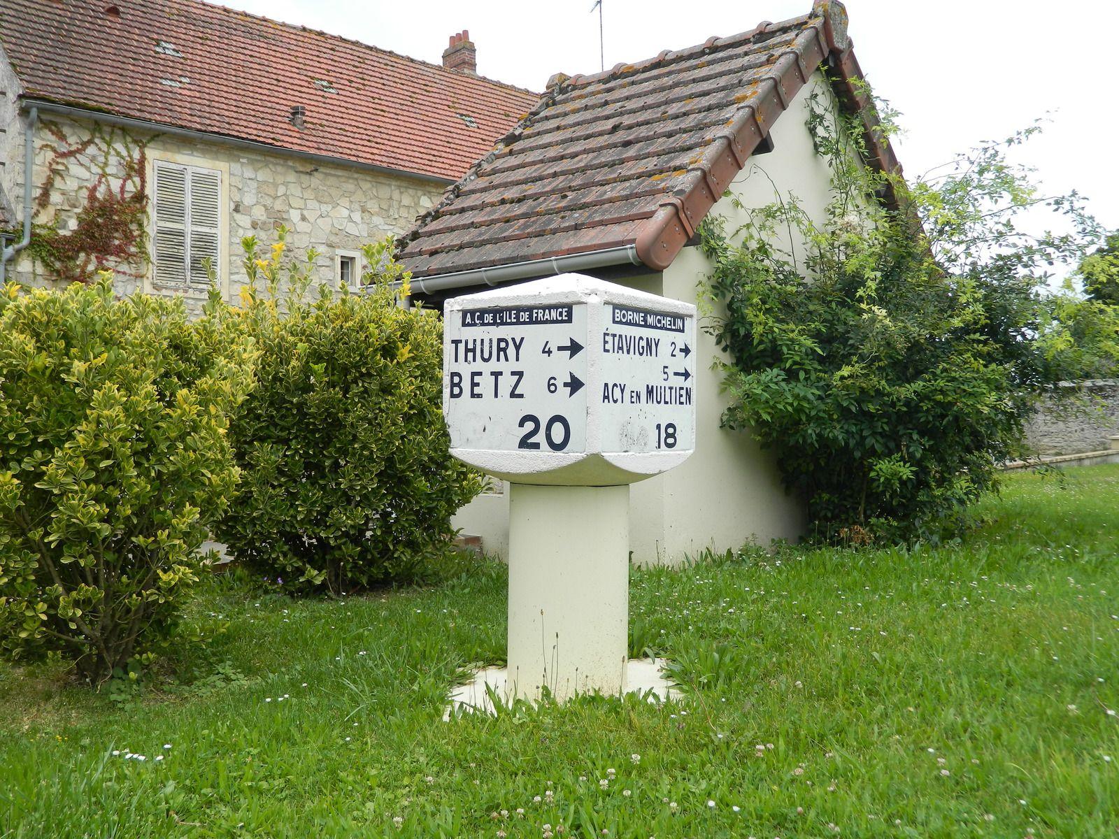 Le petit patrimoine routier encore bien présent à Boullarre.