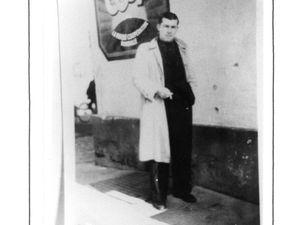 Louis Battesti, passant à une dizaine de mètres de la sentinelle allemande, échapera par miracle au tir de la mitraillette, comme en atteste la photographie prise après la guerre. Un tes témoins principaux, Guy Saulnier aura la poitrine traversé par un tir de fusil,laissé pour presque mort il aura survécu. L'homme en béquille est M. Crinquand, il aura les genoux brisés par les tirs rasants.