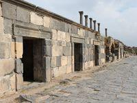 A Gadara ou Umw-Qeis pour les locaux, on se promène dans les artères de l'ancienne ville romaine en pensant à la cohue qu'il pouvait y avoir devant les magasins, boutiques et ateliers dont les façades ont été magnifiquement restaurées