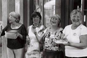 Côté coulisses, Convivència regroupe 50 bénévoles s'occupent de tout mettre en place pour l'accueil des artistes et du public... Eclats de rire et complicités !
