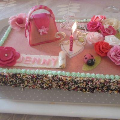 gâteau anniversaire déco fleurs et sac à main