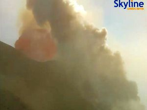 Stromboli - explsione and pyroclastic flow in the Sciara del Fuoco - images Skyline webcams - a click to enlarge