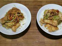 3 - Laver, sécher et ciseler le persil plat. Remettre un peu d'huile dans la même poêle et faire revenir les morceaux de poulet quelques minutes en ajoutant l'oignon en fin de cuisson. Placer le riz chaud dans des petits bols, rajouter le poulet, puis les noix de cajou et parsemer de persil frais (ou de coriandre). Servir de suite