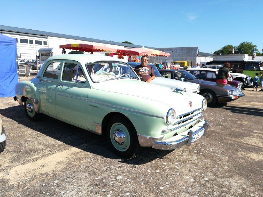 Pour clore la Saga Renault Cette magnifique Frégate de 1956 dont on peut admirer les entrailles mécaniques bien propres sous le capot. Sympathiques échanges avec son prpriétaire...