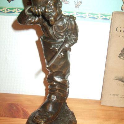 bronze gendarme dans sa botte