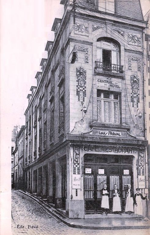 Place du Théâtre et rue du Chaudron (Petit-Chaudron). Georges Trassoudaine et Jules Déprez, architectes, 1923 - Photographie des destructions, source : médiathèque municipale - Carte postale : collection privée.