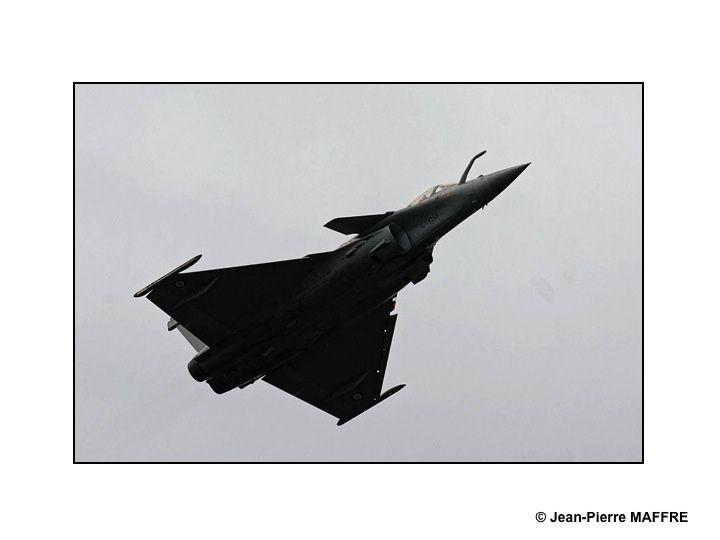 Au meeting aérien de la Ferté-Alais et du Bourget de 2019, le Rafale, fleuron de l'aéronautique Française évolue tout en nuances de gris dans un ciel gris.