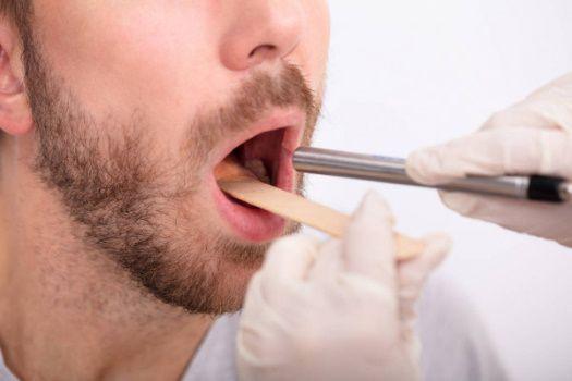 Selon une étude, un non-fumeur vivant dans une maison avec un fumeur aurait un risque de 51% plus élevé de développer un cancer de la bouche