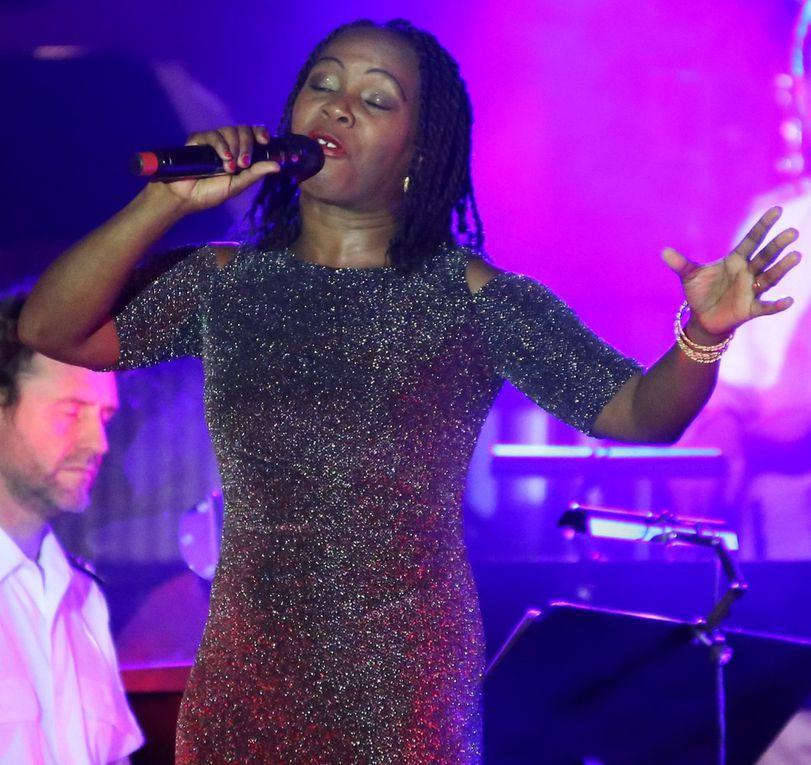 """Die afrikanische Sängerin Bwalya glänzte, nun in einem unauffälligerem dunkelglitzernden Outfit, nun auch grandios mit ihrem bestechenden  unverwechselbaren Timbre mit einem Solo in der vom Bassisten Rainer Peters komponierten  Rockballade """"A Thousand times you""""."""