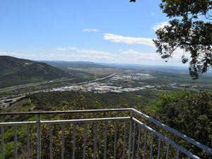 Cesite exceptionnel offre de nombreux points de vue sur la vallée du Rhône , autoroute A7, Nationale 7...