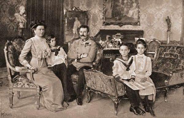François-Ferdinand ; archiduc héritier d'Autriche ; 18.12.1863 – (assassiné) 28.6.1914 avec sa famille : sa femme Sophie de Hehenberg, leurs enfants Sophie, Maximilien...