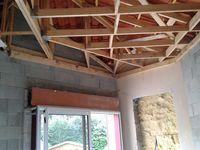 Et la partie plafond sur fermettes là ou nous commençons avec suspentes longues et fourrure F530, y a de quoi s'amuser un peu........