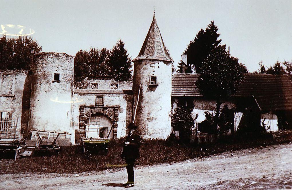 Vestiges du château d'Hellering.  Hellering au XIXe siècle. Château de Distroff, rasé en 1985. Cour intérieure du château de Freistroff. Entrée du château de Luttange. Château de Volkrange et sa tour d'angle.