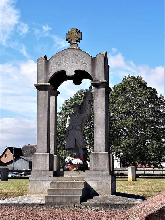 Rocquigny : église et monument aux morts - passage dans la Somme.