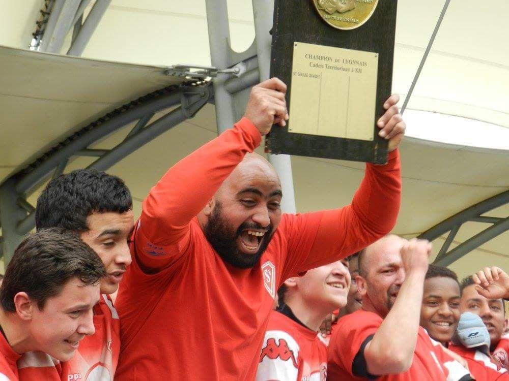 Les cadets de l'US Vénissieux Rugby champions du Lyonnais de rugby à XII avec leur bouclier - Photos : © Sports Vénissians et USV Rugby