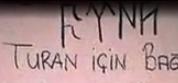 """Quelques inscriptions comportant les quatre runes censées signifier """"Türk"""" en proto-turc. En bas, le slogan """"Turc sois fier..."""" écrit en runes, et le nom d'Atatürk (imagerie kémaliste sur internet)"""