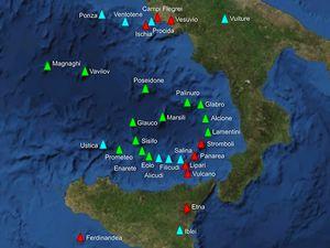 A gauche, situation du volcan Vulture - à droite, carte géologique du volcan Vulture / La Volpe & Principe (1991). - un clic pour agrandir