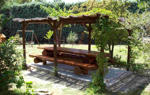 Table de jardin en bois pour 14 personnes