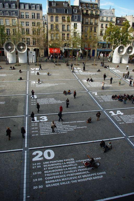 Centre Georges Pompidou à Paris : nouveau festival du 21 octobre au 23 novembre 2009. Calendrier sur l'asphalte de la Piazza Beaubourg, devant le centre.
