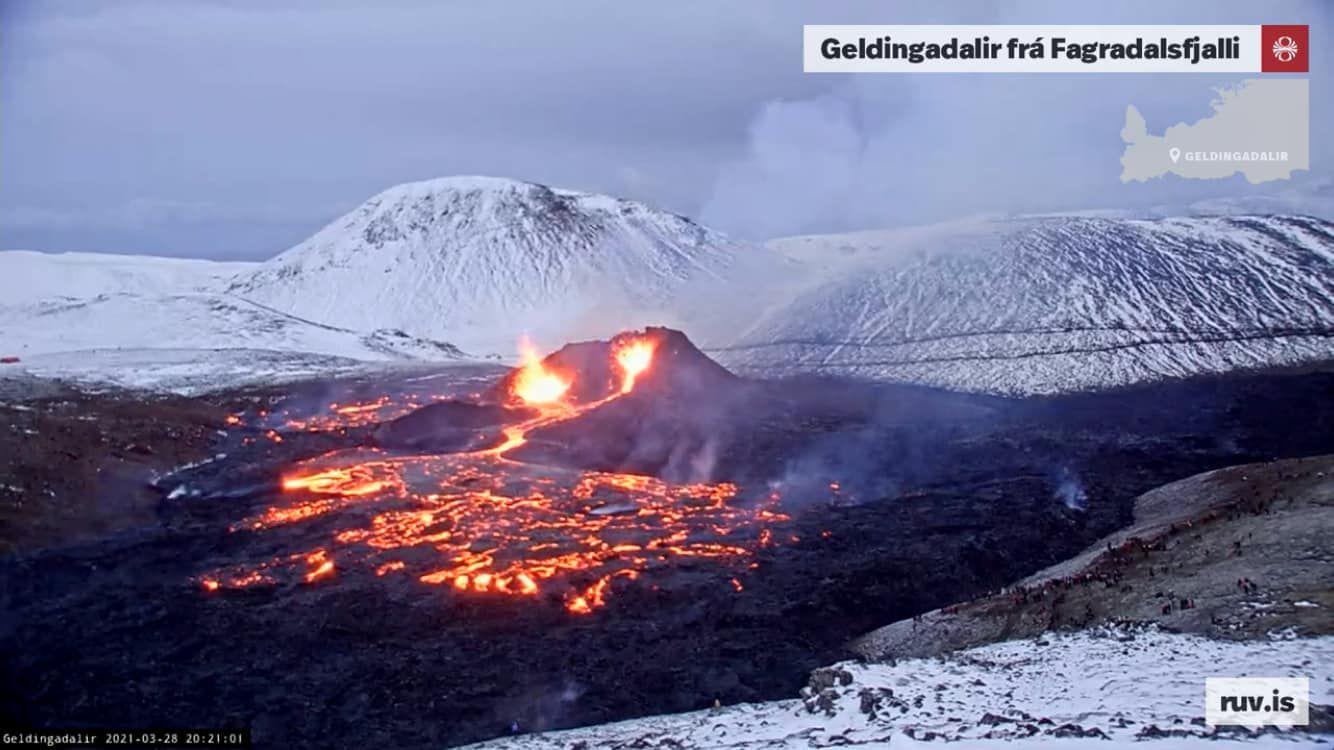 Geldingadalgos - 03.28.2021 / 8:21 p.m. - 2 active lava fountains, a flow feeding the lava field - RUV webcam