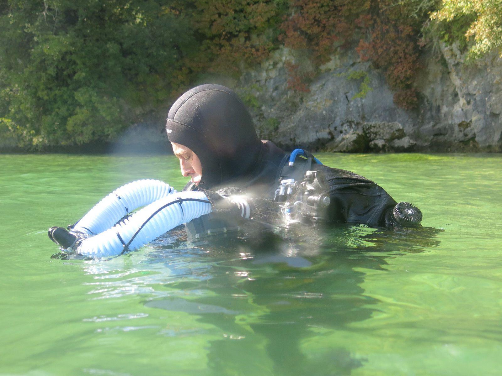 Stéphane se prépare à l'immersion, Triton sur la poitrine.