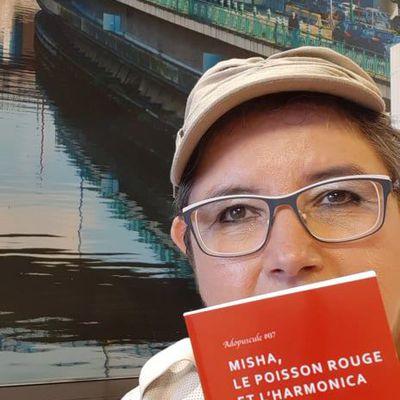 """Carine-Laure Desguin en invitée avec cette note de lecture signée Pascale Gillet-B pour """"Misha, le poisson rouge et l'harmonica"""""""