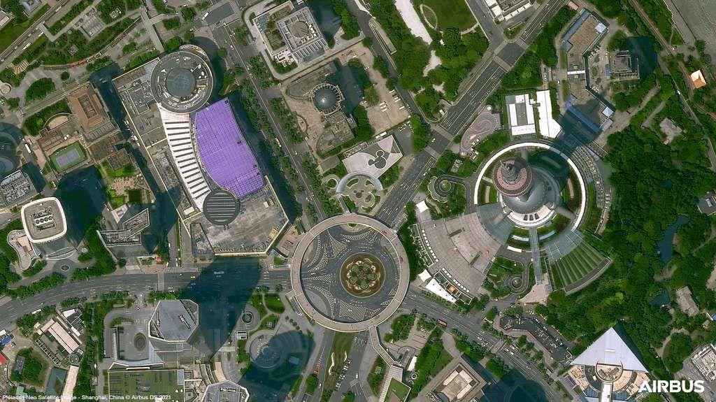 À Shanghai, la Pearl de l'Orient (Oriental Pearl Radio & Television Tower) et le rond-point Mingshu. © Airbus DS 2021