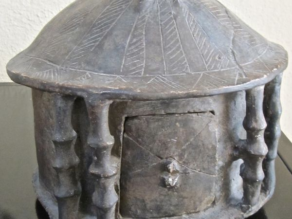 Urne funéraire et reconstitutions de cabanes de bergers du site de Rome au VIIIe siècle av. J.-C.