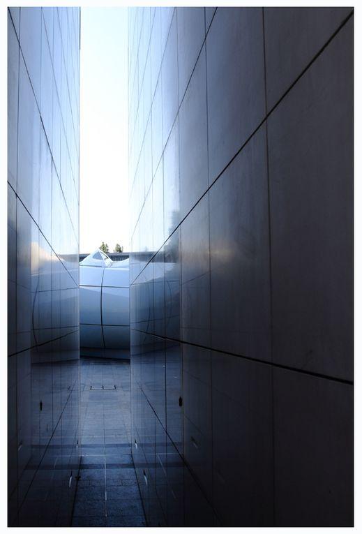En ce printemps 2011, un nouvel objet est venu se poser  au milieu de la cour de L'Institut du Monde Arabe. Il s'agit d'un pavillon de 700 m² dessiné par  L'Architecte Zaha Hadid  pour la maison Chanel et destiné originairement à présent